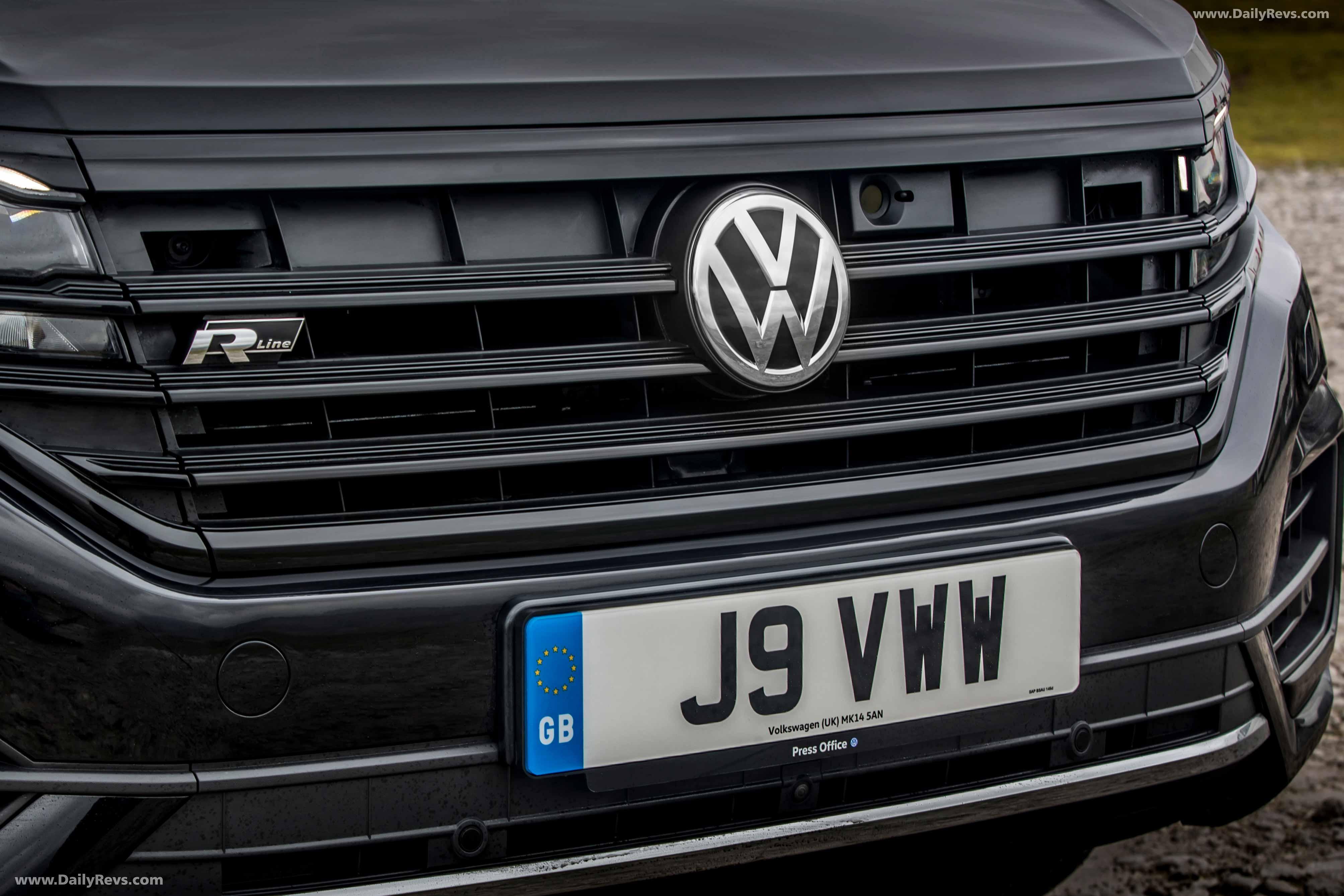 2020 Volkswagen Touareg Black Edition full